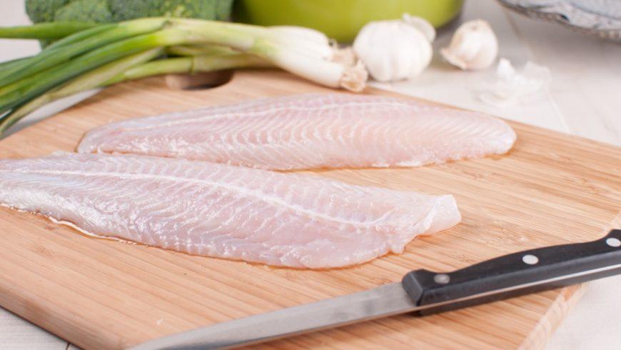 ¿Cuál es la mejor manera de descongelar el pescado antes de cocinarlo?